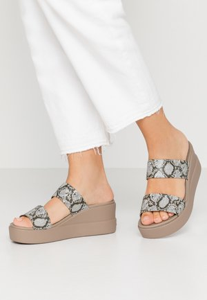 BROOKLYN MID WEDGE - Kapcie - multicolor/stucco