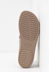 Crocs - BROOKLYN MID WEDGE - Hausschuh - multicolor/stucco - 6