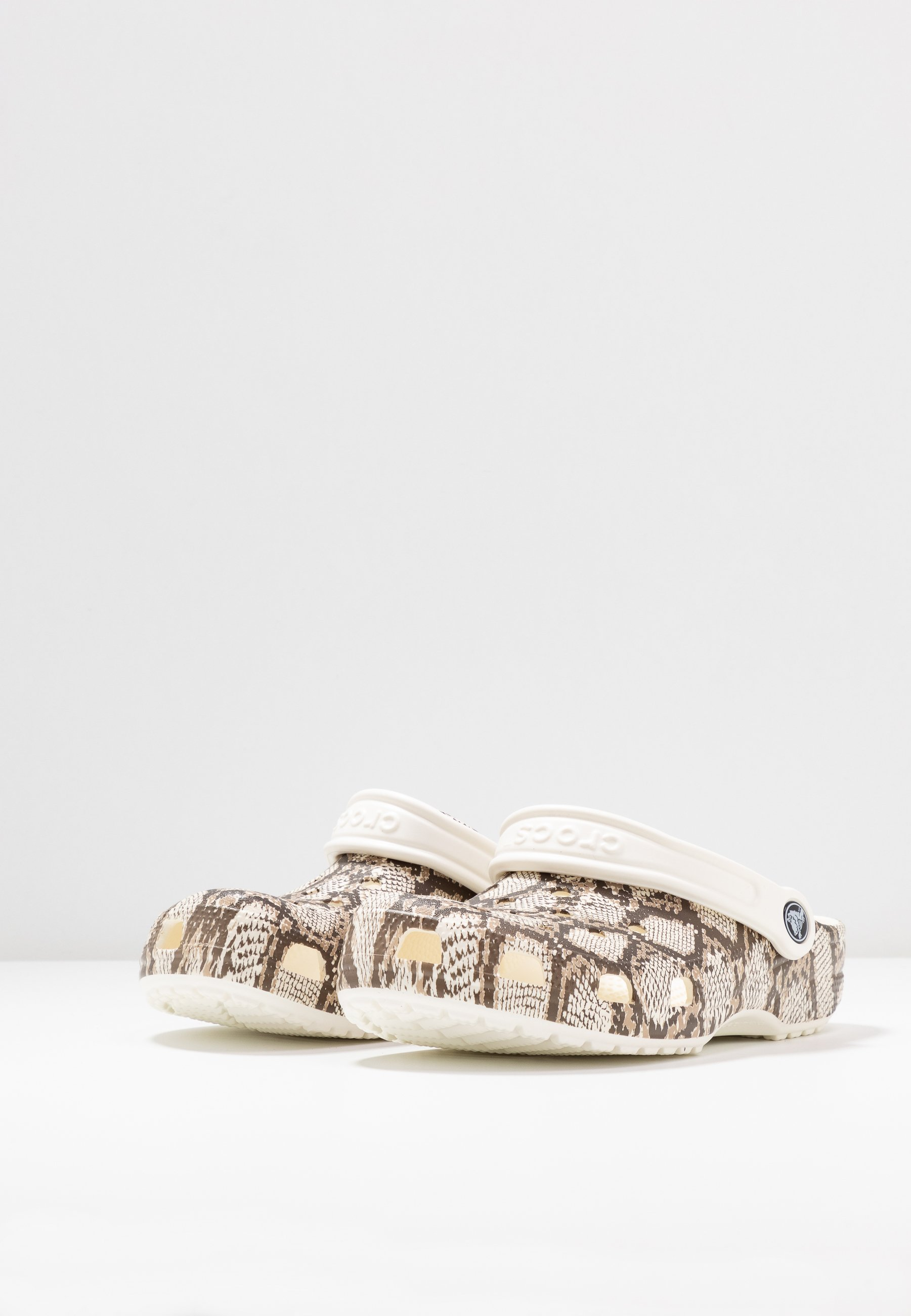 Crocs CLASSIC SNAKE PRINT - Chaussons - oyster/mushroom
