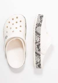 Crocs - CROCBAND SNAKE PRINT - Sandały kąpielowe - oyster/mushroom - 3