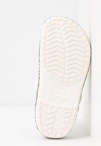 Crocs - CROCBAND SNAKE PRINT - Sandały kąpielowe - oyster/mushroom - 6