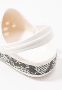 Crocs - CROCBAND SNAKE PRINT - Sandały kąpielowe - oyster/mushroom - 2
