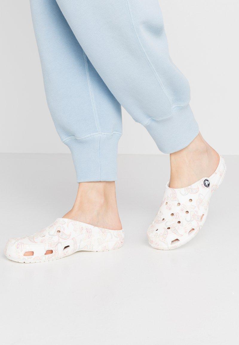 Crocs - FREESAIL FLORALS  - Sandalias planas - white