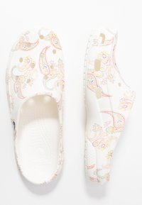 Crocs - FREESAIL FLORALS  - Sandalias planas - white - 3
