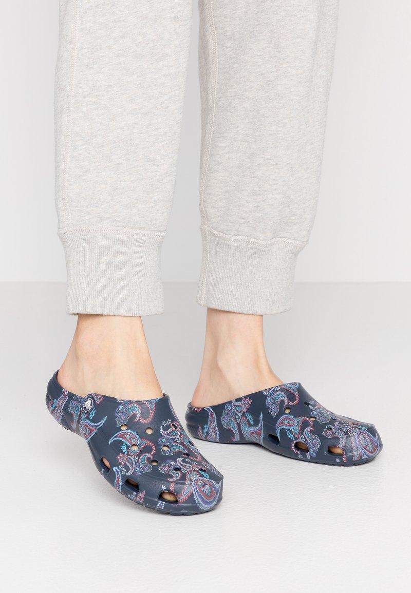 Crocs - FREESAIL FLORALS  - Pantoffels - navy