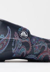 Crocs - FREESAIL FLORALS  - Pantoffels - navy - 2