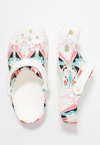 Crocs - CLASSIC LIBERTY GRAPHIC - Domácí obuv - white - 3