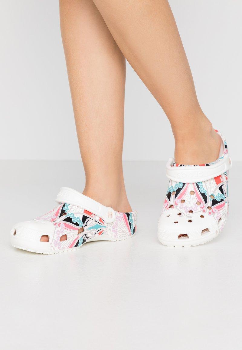 Crocs - CLASSIC LIBERTY GRAPHIC - Domácí obuv - white