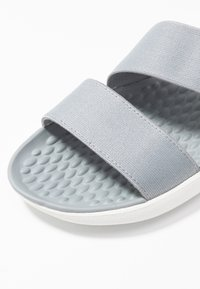 Crocs - LITERIDE STRETCH - Kapcie - light grey/white - 2