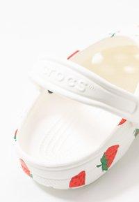 Crocs - CLASSIC VACAY VIBES - Kapcie - white - 2