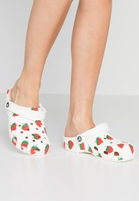 Crocs - CLASSIC VACAY VIBES - Kapcie - white - 0