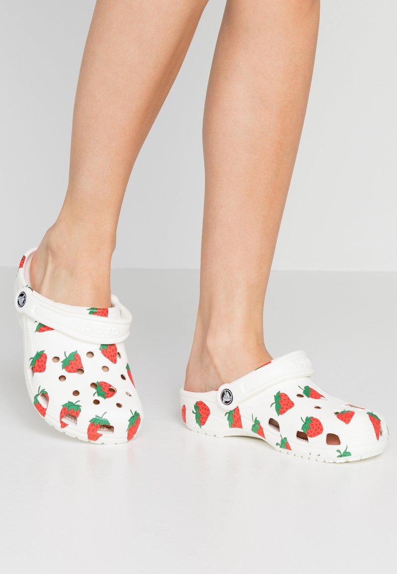 Crocs - CLASSIC VACAY VIBES - Kapcie - white