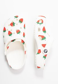 Crocs - CLASSIC VACAY VIBES - Kapcie - white - 3