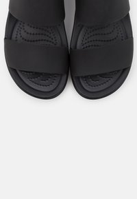 Crocs - BROOKLYN LOW WEDGE - Sandalias con plataforma - black - 5