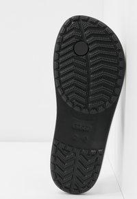 Crocs - CROCBAND BOTANICAL PRINT  - Badesko - black - 6