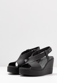 Crocs - BROOKLYN HIGH - Pantuflas - black - 4