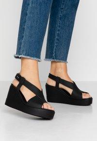 Crocs - BROOKLYN HIGH - Pantuflas - black - 0