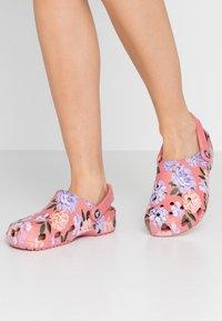Crocs - CLASSIC PRINTED FLORAL - Kapcie - blossom - 0