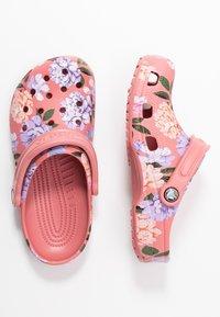 Crocs - CLASSIC PRINTED FLORAL - Kapcie - blossom - 3
