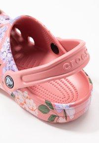 Crocs - CLASSIC PRINTED FLORAL - Kapcie - blossom - 2