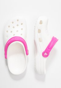 Crocs - CLASSIC POP STRAP  - Sandalias planas - white/electric pink - 3