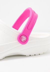 Crocs - CLASSIC POP STRAP  - Sandalias planas - white/electric pink - 2