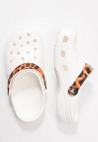 Crocs - CLASSIC POP STRAP  - Sandalias planas - white - 1