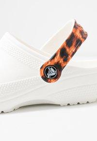 Crocs - CLASSIC POP STRAP  - Sandalias planas - white - 5