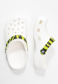 Crocs - CLASSIC POP STRAP  - Mules - white - 1