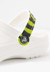Crocs - CLASSIC POP STRAP  - Mules - white - 5