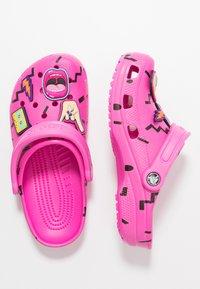 Crocs - CLASSIC 90S - Chanclas de baño - pink - 3