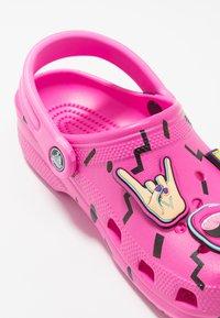 Crocs - CLASSIC 90S - Chanclas de baño - pink - 2