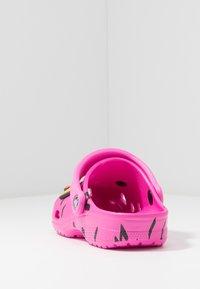 Crocs - CLASSIC 90S - Chanclas de baño - pink - 5