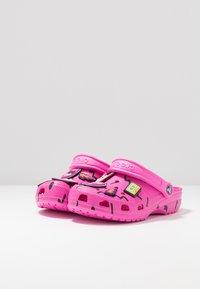 Crocs - CLASSIC 90S - Chanclas de baño - pink - 4
