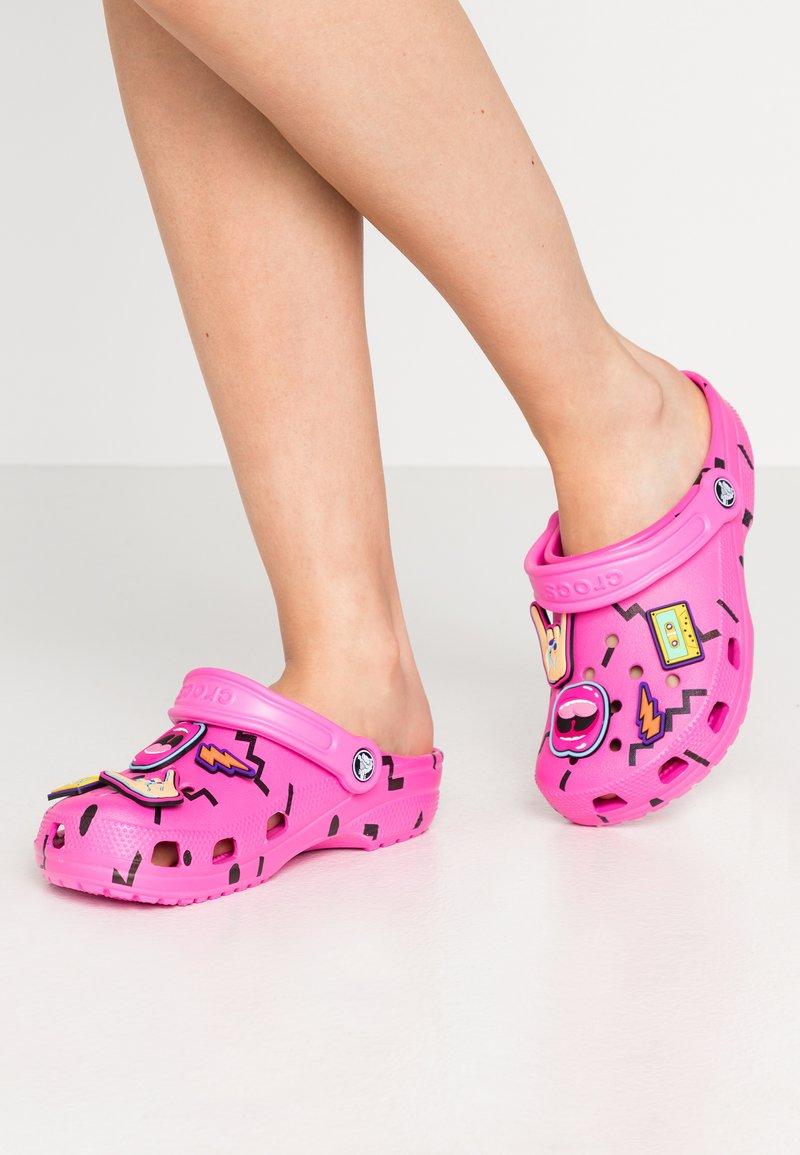 Crocs - CLASSIC 90S - Chanclas de baño - pink