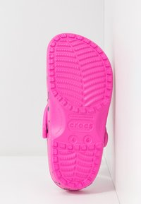 Crocs - CLASSIC 90S - Chanclas de baño - pink - 6