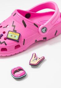Crocs - CLASSIC 90S - Chanclas de baño - pink - 7