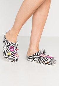 Crocs - CLASSIC 90S - Sandały kąpielowe - black/white - 0