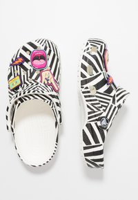 Crocs - CLASSIC 90S - Sandały kąpielowe - black/white - 3