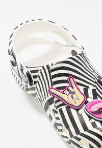 Crocs - CLASSIC 90S - Sandały kąpielowe - black/white - 2
