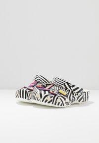 Crocs - CLASSIC 90S - Sandały kąpielowe - black/white - 4
