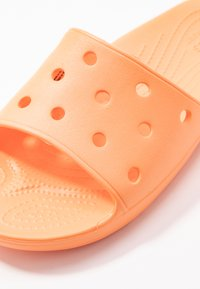 Crocs - CLASSIC SLIDE - Kapcie - cantaloupe - 2