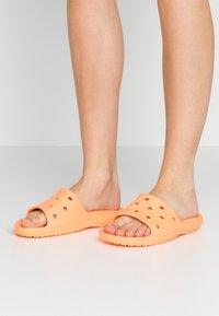 Crocs - CLASSIC SLIDE - Kapcie - cantaloupe - 0