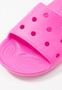 Crocs - CLASSIC SLIDE - Pantoffels - pink - 2