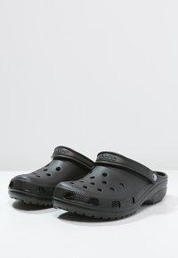Crocs - CLASSIC UNISEX - Pool slides - schwarz - 2