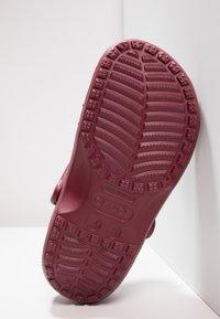 Crocs - CLASSIC - Sandały kąpielowe - garnet - 4