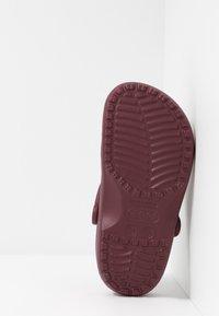 Crocs - CLASSIC - Sandały kąpielowe - burgundy - 4