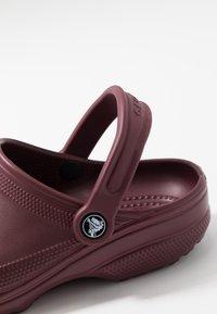 Crocs - CLASSIC - Sandały kąpielowe - burgundy - 5