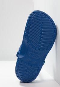 Crocs - CLASSIC - Sandały kąpielowe - blue jeans - 4