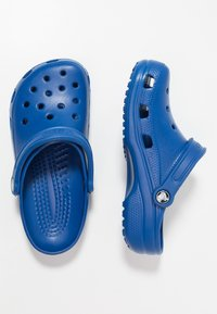 Crocs - CLASSIC - Sandały kąpielowe - blue jeans - 1
